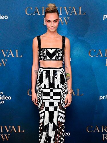 Cara Delevingne en la premier de 'Carnival Row' con crop top y falda de tubo