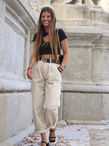 Marina Muñoz con un pantalón Slouchy en color beige | Foto: Instagram