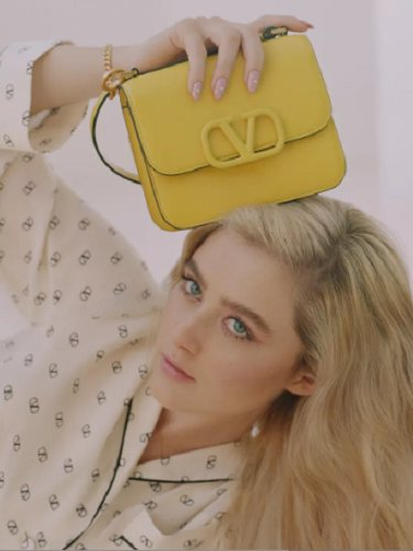 Katrhyn Newton con el bolso VSLING en versión amarilla