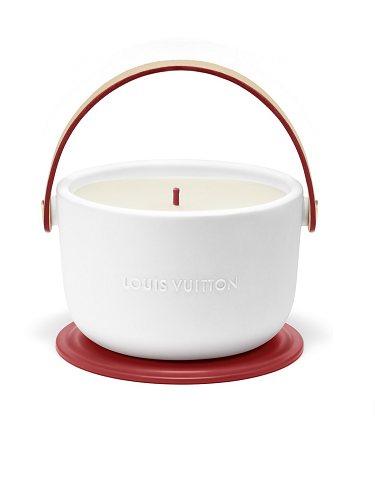 La vela cuenta con un diseño artesanal y un aroma afrutado y natural