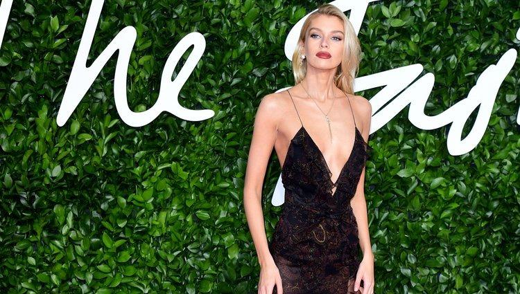 Stella Maxwell con vestido negro de transparencias en los British Fashion Awards 2019