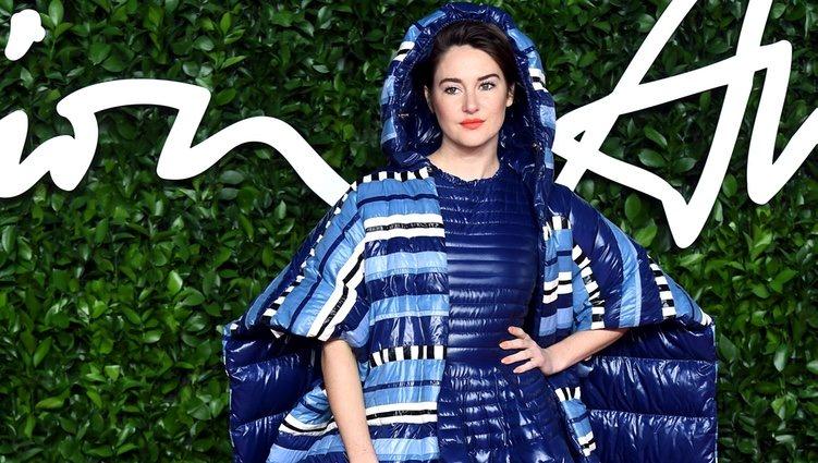 Shailene Woodley con vestido azul acolchado en los Fashion British Awards 2019