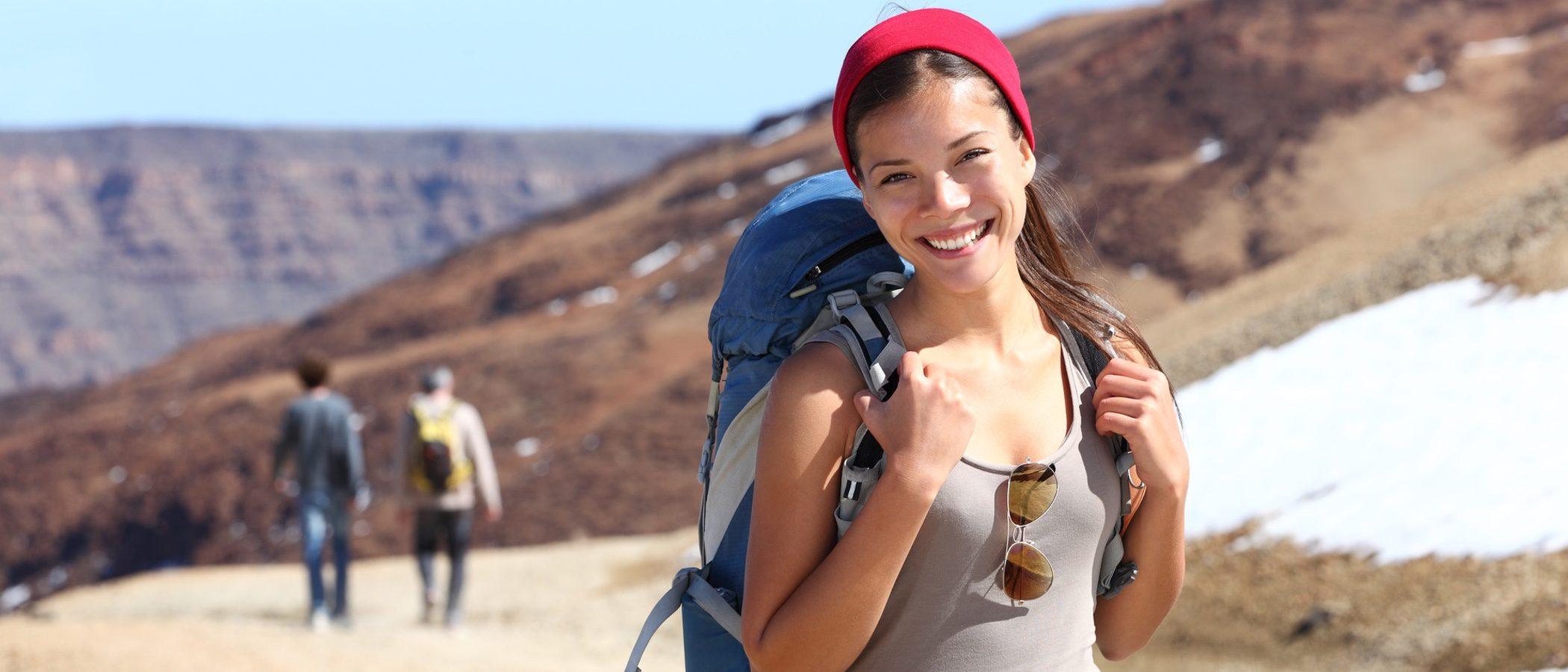 Cómo vestirse para una excursión a la montaña en verano