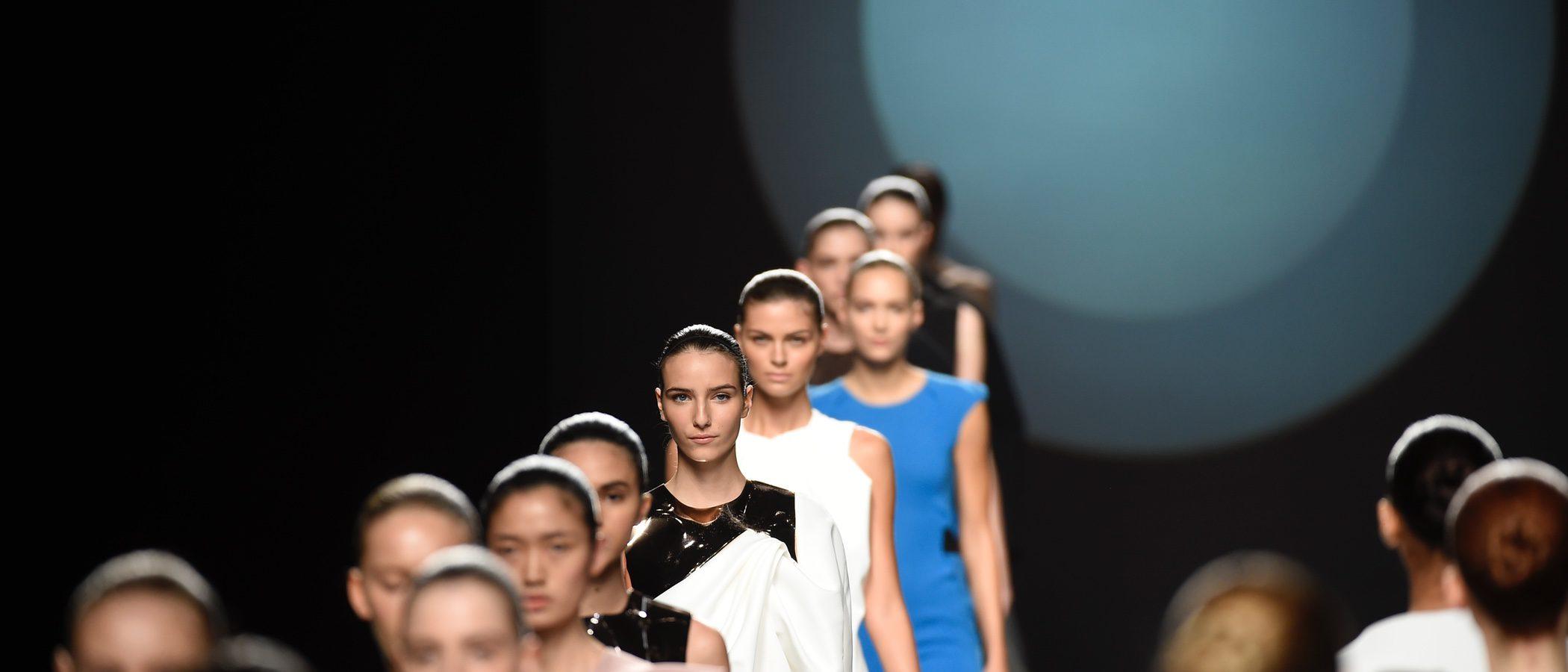 Transparencias y volúmenes en la colección primavera/verano 2017 de Amaya Arzuaga en la Madrid Fashion Week