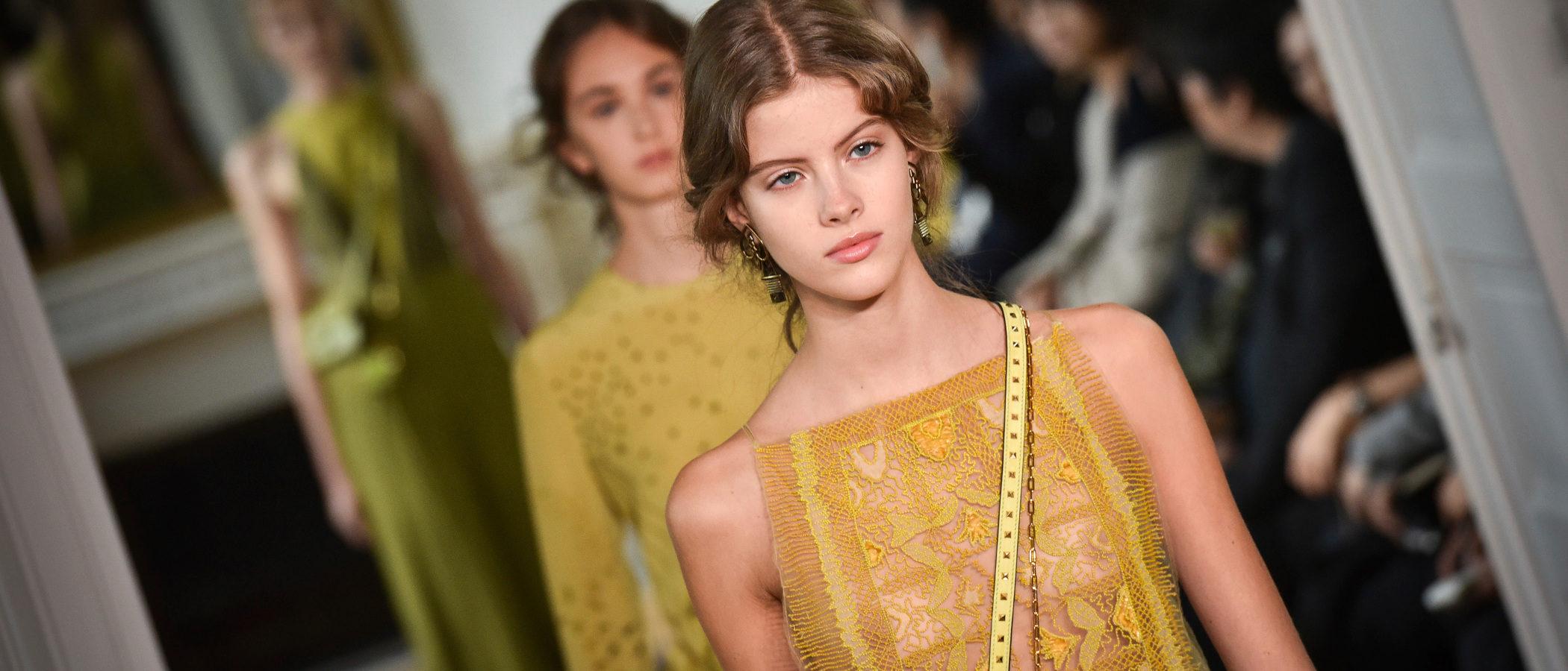 Valentino evoca el arte clásico en su colección primavera/verano 2017 para París Fashion Week