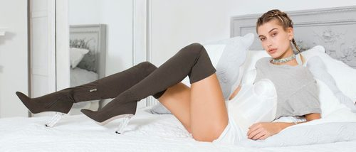Hailey Baldwin crea su propia línea de calzado cargada de diseños sexys con Public Desire