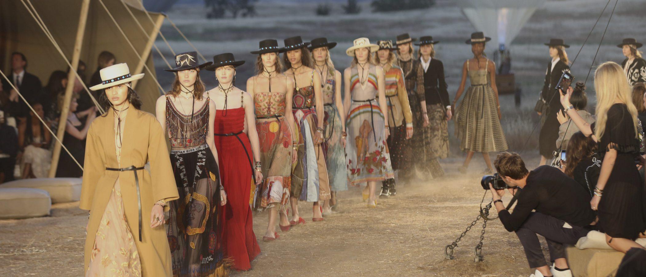 Plumas y flecos: Dior desvaina en el lejano oeste su colección Crucero 2018