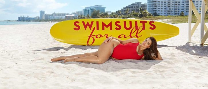 Ashley Graham demuestra que el bañador rojo de 'Los Vigilantes de la Playa' es apto para todos los cuerpos
