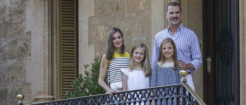 La Reina Letizia opta por el estilo 'navy' en su posado veraniego en Palma