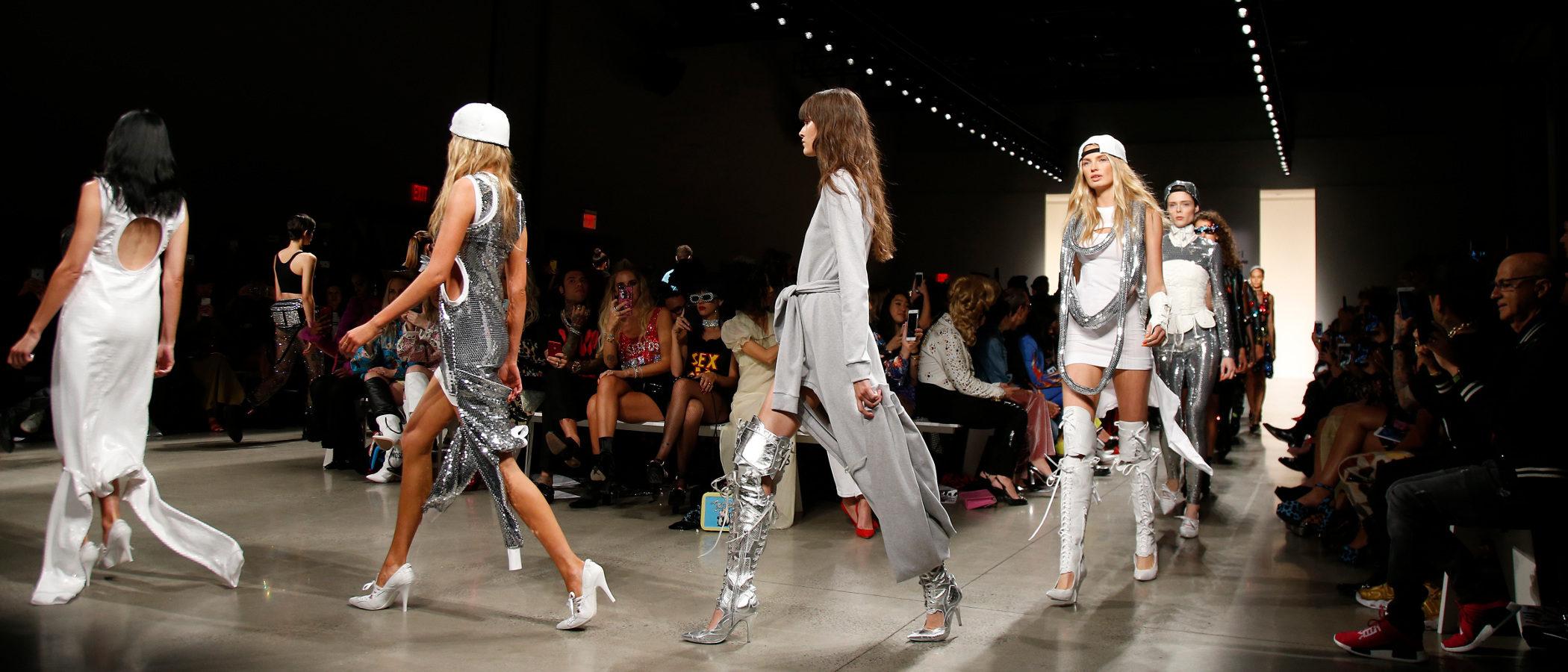 Jeremy Scott presenta una colección primavera/verano 2018 de inspiración hip hop en Nueva York Fashion Week