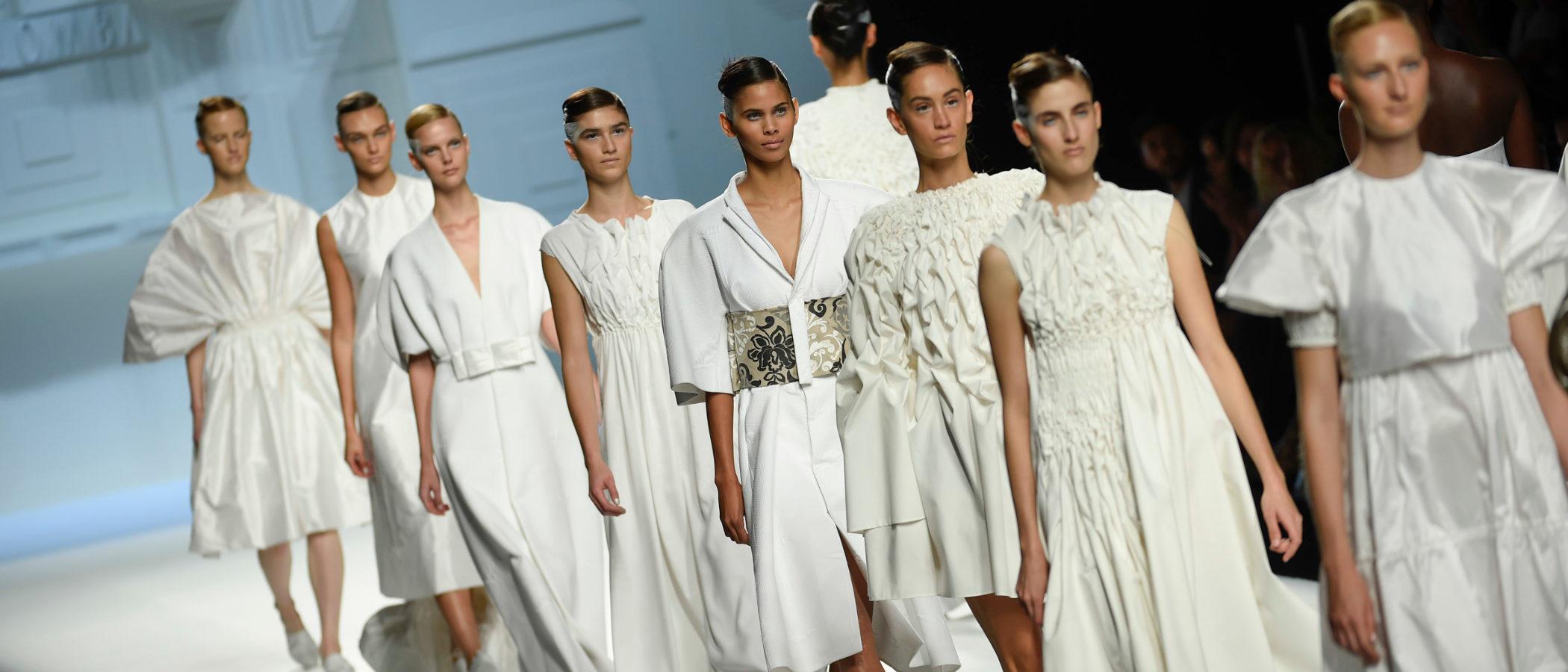 El blanco predomina en la colección primavera/verano 2018 de Devota & Lomba para Madrid Fashion Week