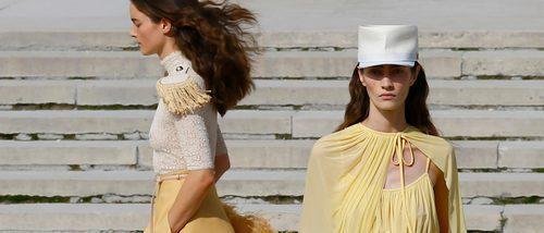 Plumas y flecos se suben a la pasarela de Nina Ricci en la París Fashion Week