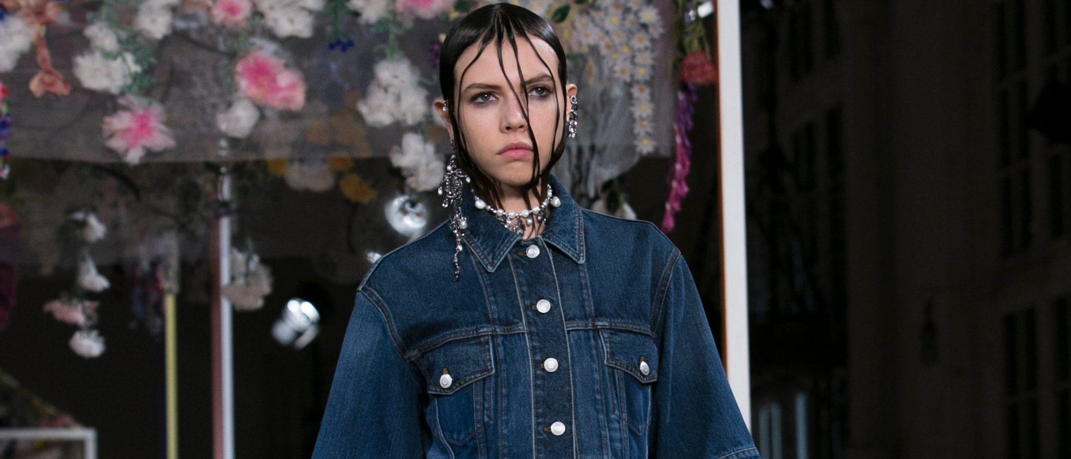 Alexander McQueen celebra la feminidad sobre la pasarela de la París Fashion Week
