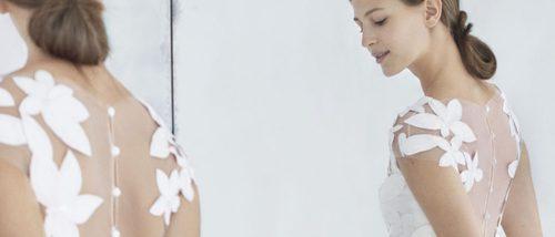 Carolina Herrera apuesta por las flores y el color para vestir a sus novias de 2018