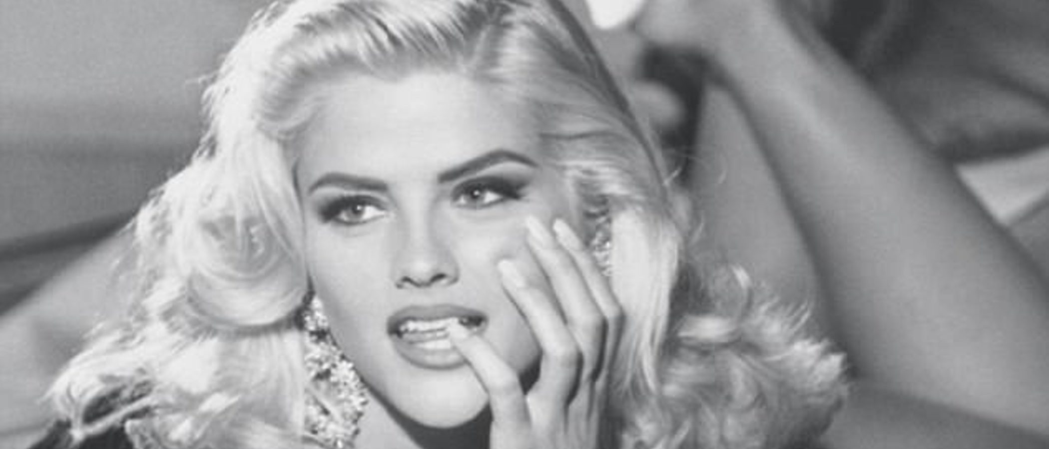 Guess Jeans rinde homenaje a Anna Nicole Smith con una con una colección cápsula inspirada en los 90