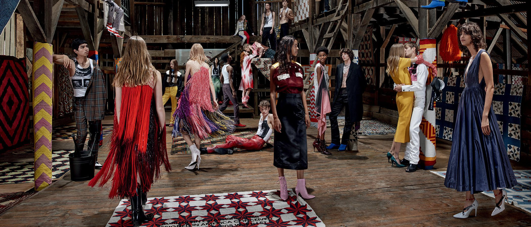 Calvin Klein nos muestra el satén y los colores llamativos en su nueva campaña global 2018