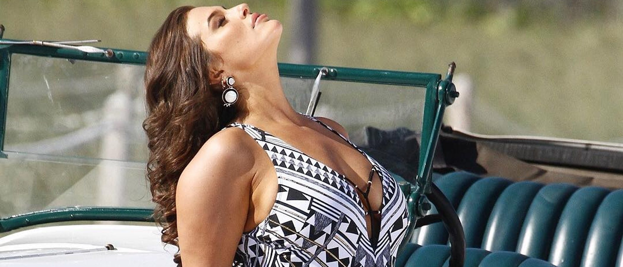 Ashley Graham dice no al photoshop y luce estupenda su nueva colección de baño