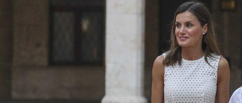 La Reina Letizia sorprende con un vestido veraniego en el tradicional posado familiar en Palma de Mallorca