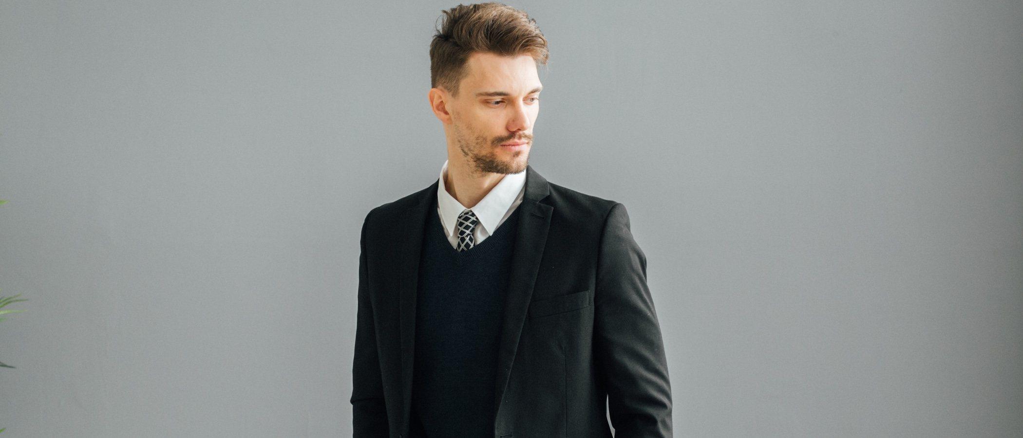 Cómo lucir un traje sin pasar calor: Guía masculina