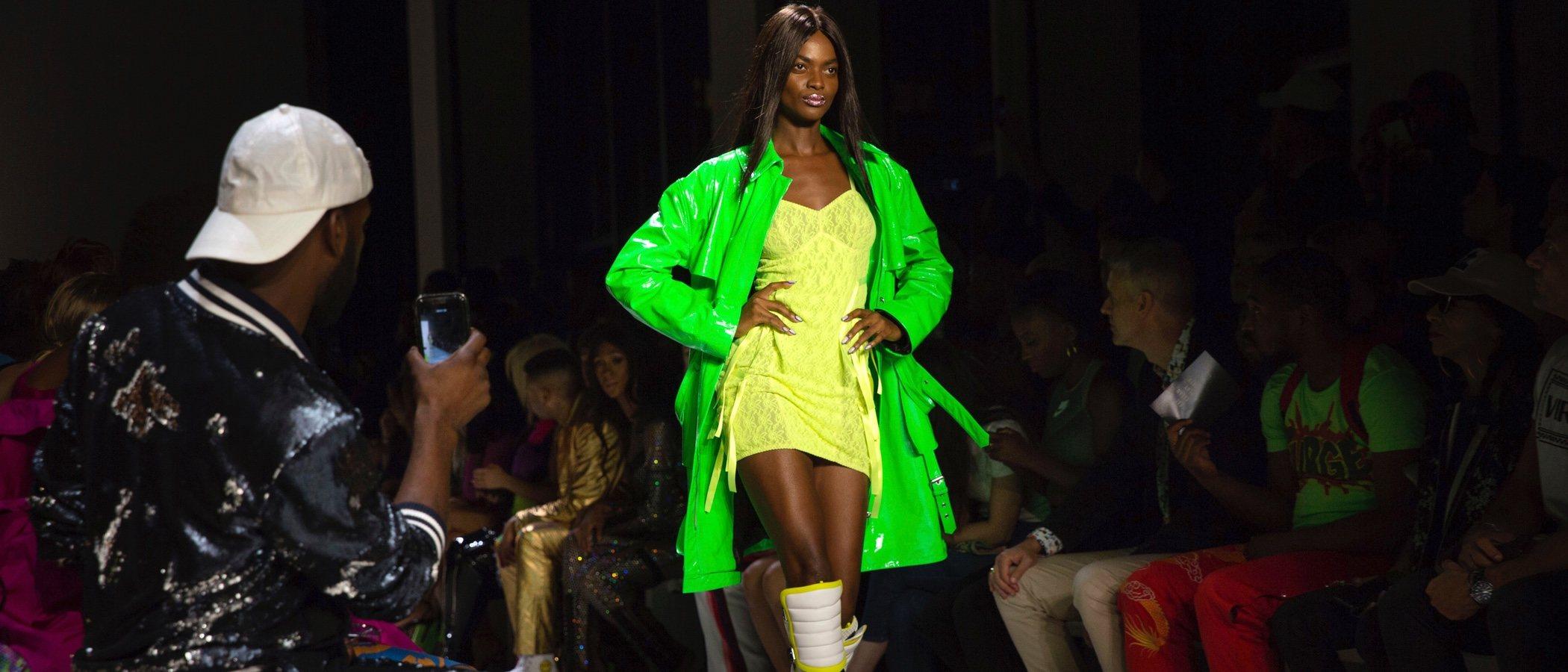 La New York Fashion Week se inunda de colores flúor con la primavera/verano 2019 de Jeremy Scott
