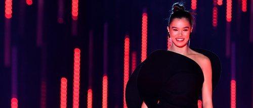 Los 9 looks de Hailee Steinfeld para presentar los MTV EMAs 2018