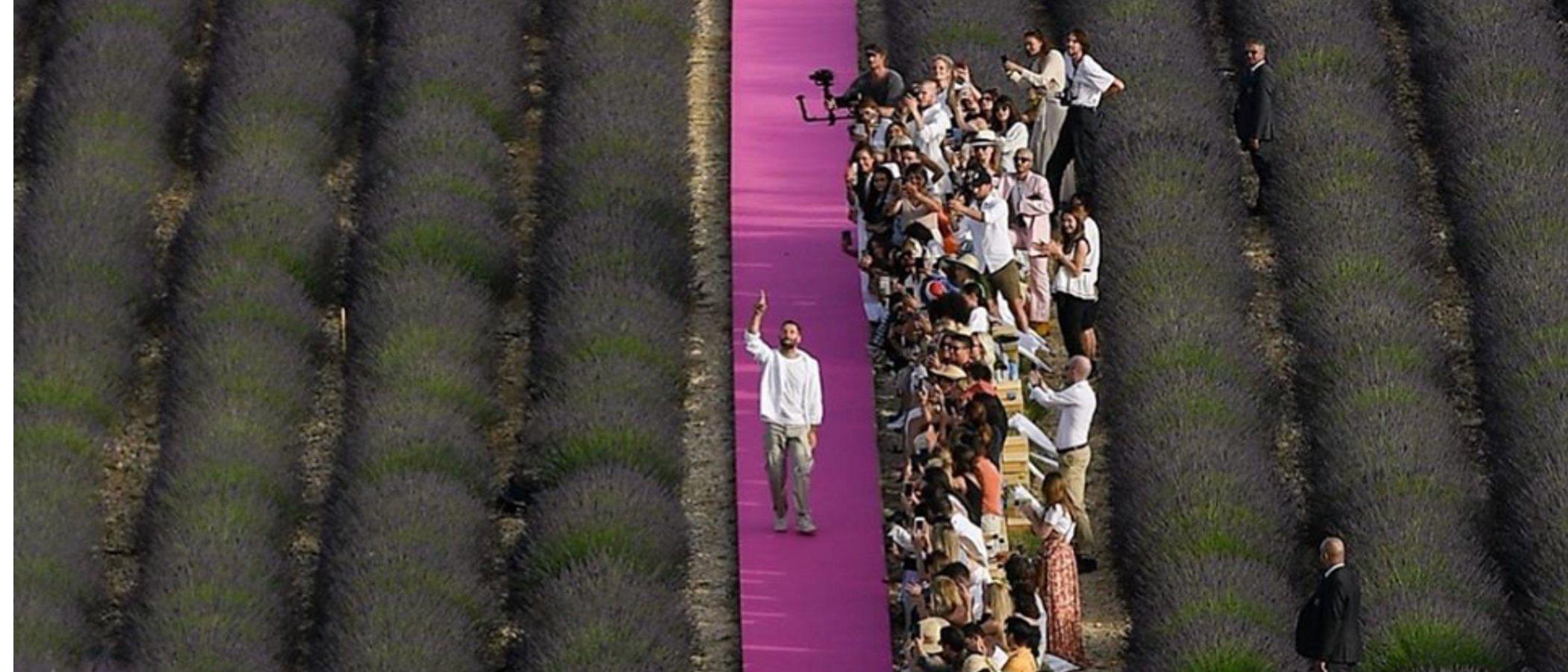 Jacquemus celebra el desfile de su 10 aniversario en su tierra natal y en un escenario puramente Jacquemus