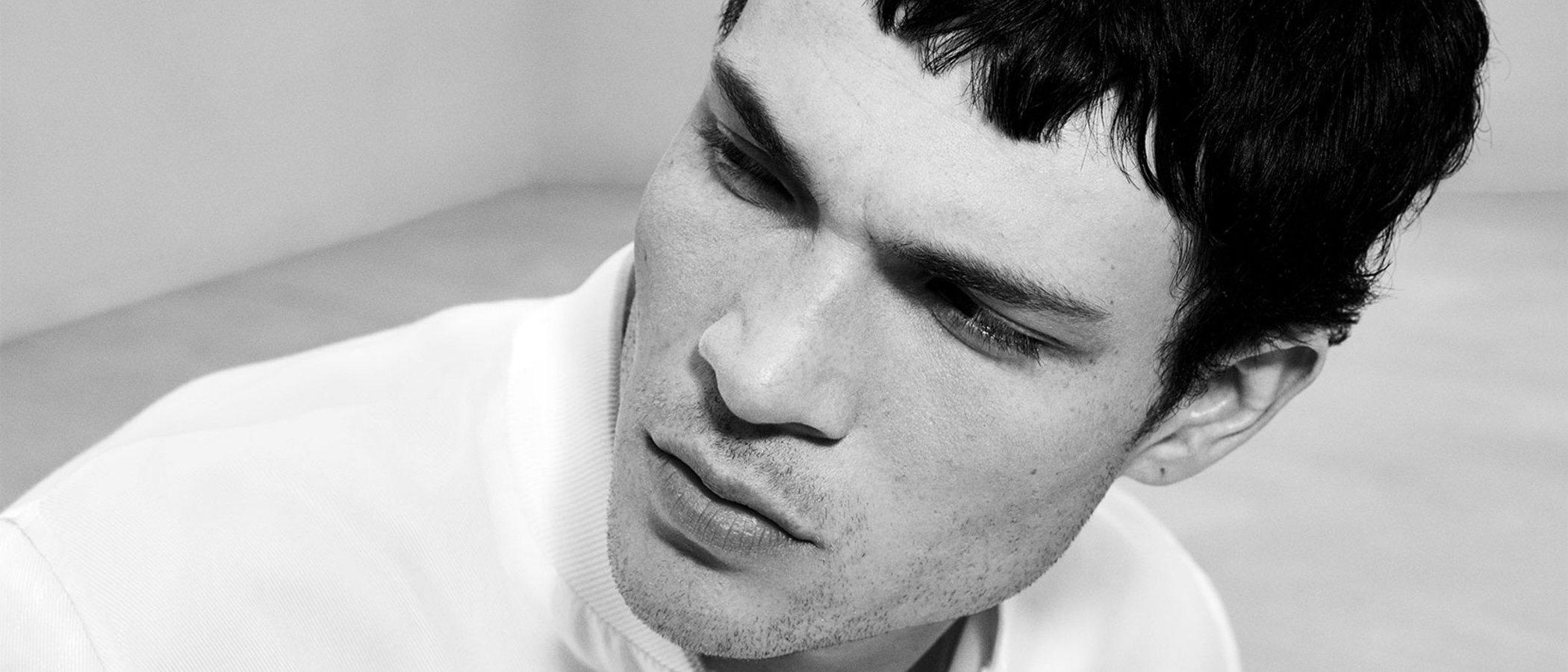 All white: la tendencia estrella de la nueva colección de Zara Man con el modelo Luka Isaac