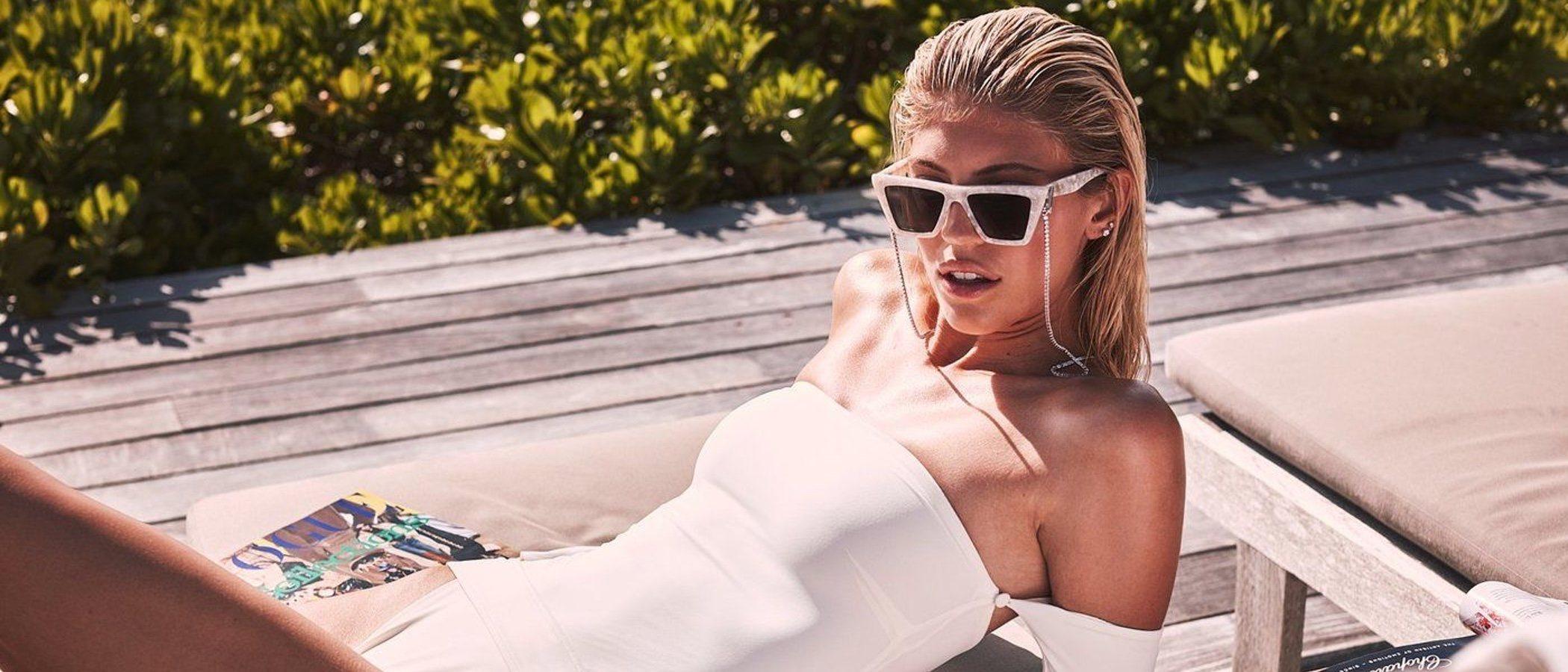 Devon Windsor se sumerge en el mundo del diseño con una colección de ropa de baño exquisita y cosmopolita