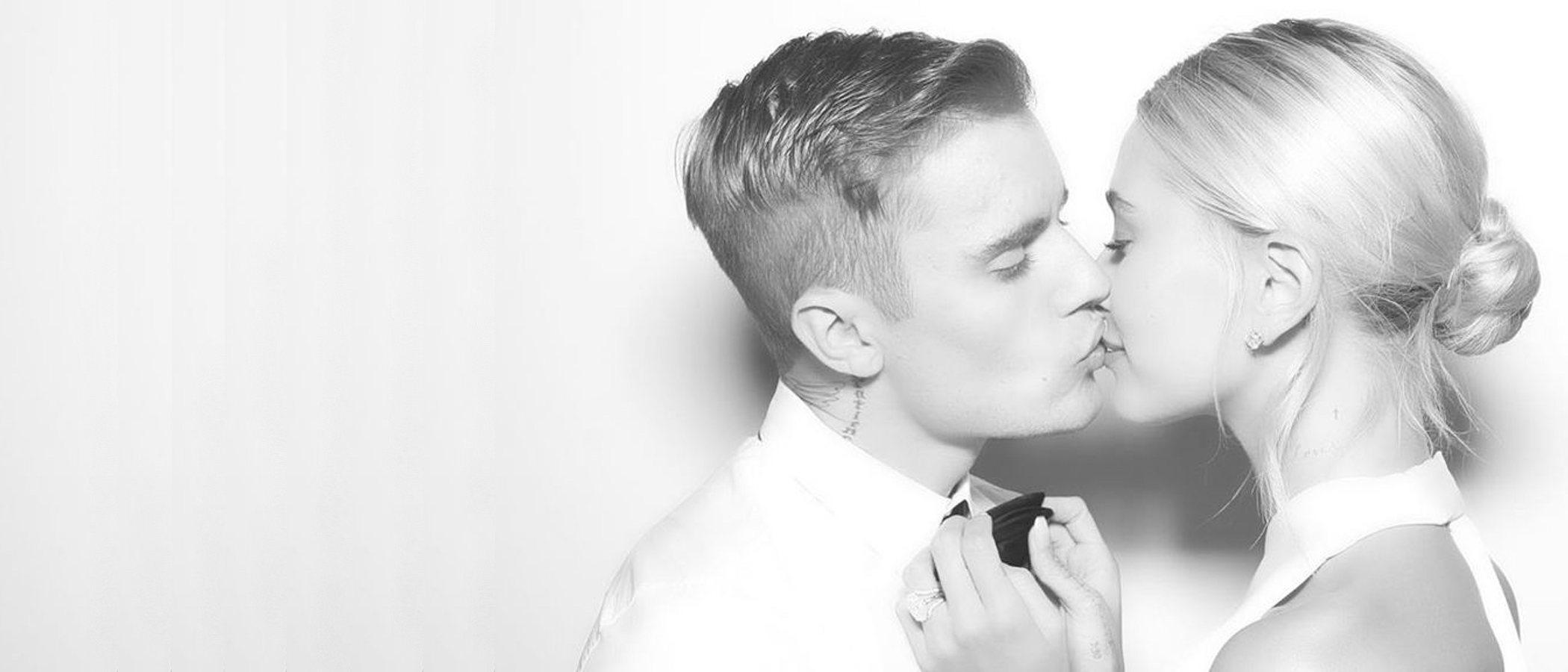 Hailey Bieber sorprende con dos vestidos más (y deportivas) el día de su boda