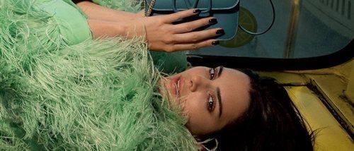 Kendall Jenner presenta el nuevo y sofisticado bolso de Valentino