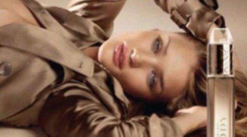 Rosie Huntington-Whiteley se desnuda para el nuevo anuncio de Burberry