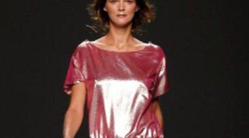 Teresa Helbig, aires de los años setenta y brillos metalizados para primavera de 2012