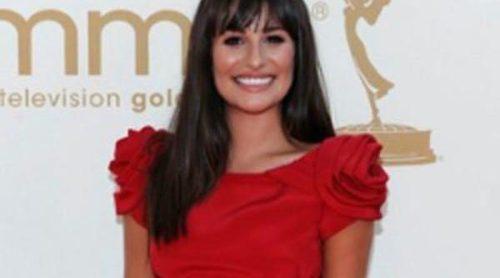 Rojo en los Emmy 2011: Nina Dobrev de Donna Karan y Lea Michele de Marchesa