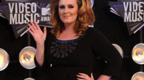 Adele podría colaborar próximamente con Burberry para diseñar prendas de tallas grandes
