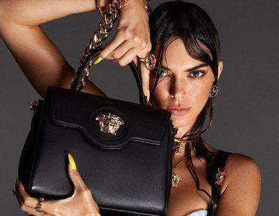 Kendall Jenner y Hailey Bieber se convierten en Medusas para Versace para presentar la colección primavera 2021