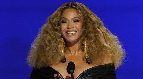 De la boa Harry Styles a los Schiaparelli de Beyoncé y Noah Cyurs: Así fue la alfombra roja de los Grammy 2021