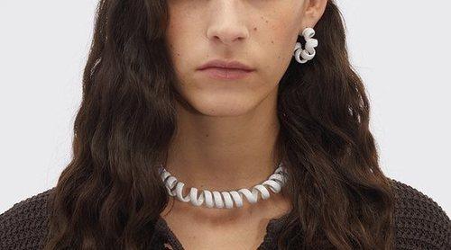 Bottega Veneta desata la polémica por vender joyas inspirada en gomas del pelo y collares de cuentas por 2.000 euros