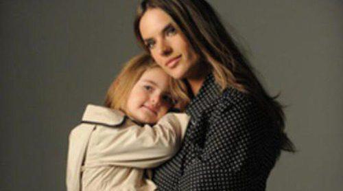 Alessandra Ambrosio y su hija Anja presentan la primavera/verano 2013 de London Fog
