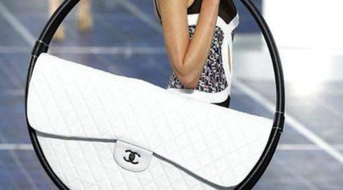 El bolso 'Hula-Hoop' de Chanel: el preferido de las celebrities para ir a la playa