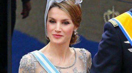 La Princesa Letizia, fiel a Felipe Varela, da una lección de elegancia y estilo en la coronación de Holanda
