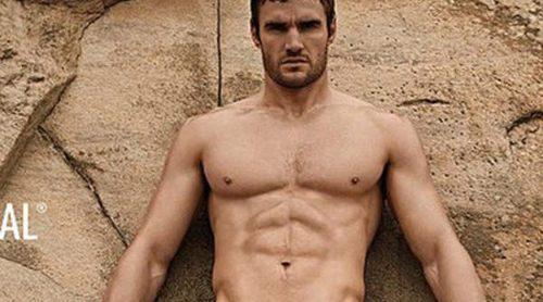 Thom Evans presume de músculos posando como imagen de D. Hedral