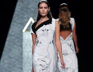 Ana Locking abre su colección primavera/verano 2014 con vestidos de estampado print estilo mármol en Madrid Fashion Week