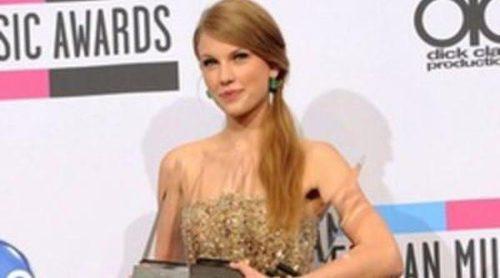 Taylor Swift y Selena Gomez brillan en los American Music Awards 2011