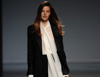 Ángel Schlesser sigue fiel al blanco y negro en la Madrid Fashion Week otoño/invierno 2014/2015