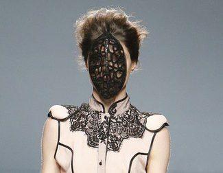 Maya Hansen abre la segunda jornada de la Madrid Fashion Week apostando por corsés, encajes y transparencias
