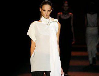 El negro y el blanco roto con inspiraciones marinas en la colección de Miguel Palacio para primavera/verano 2015 en Madrid Fashion Week
