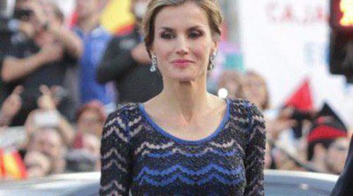 La Reina Letizia apuesta por un vestido azul y negro en los Premios Príncipe de Asturias 2014