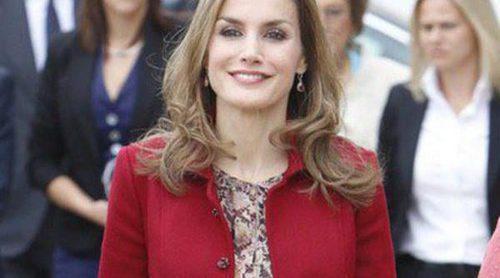 La Reina Letizia: de rojo y con la melena suelta en su primer viaje en solitario a Portugal