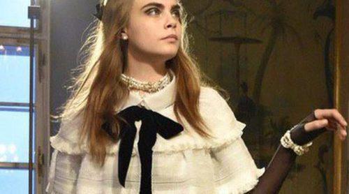 Cara Delevingne protagoniza el desfile 'Métiers d'Art' de Chanel en Salzburgo