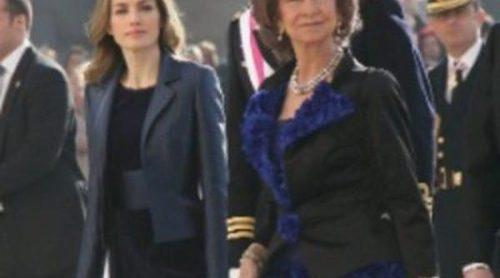 La Reina Sofía y la Princesa Letizia eligen el azul cobalto para la Pascua Militar 2012